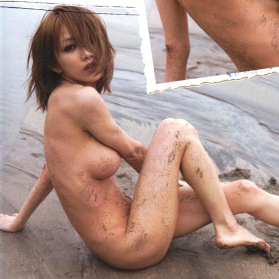 アイドルや女優がパンツを脱いで美尻を丸出し (1)