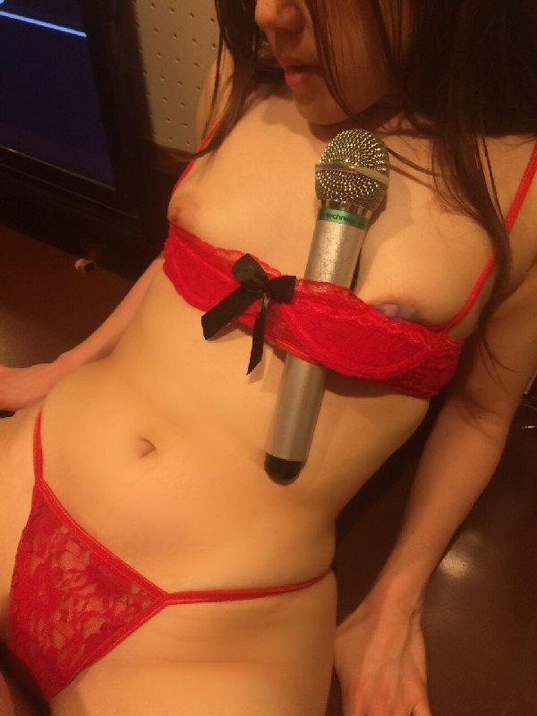 全裸になってカラオケしちゃう女の子 (16)