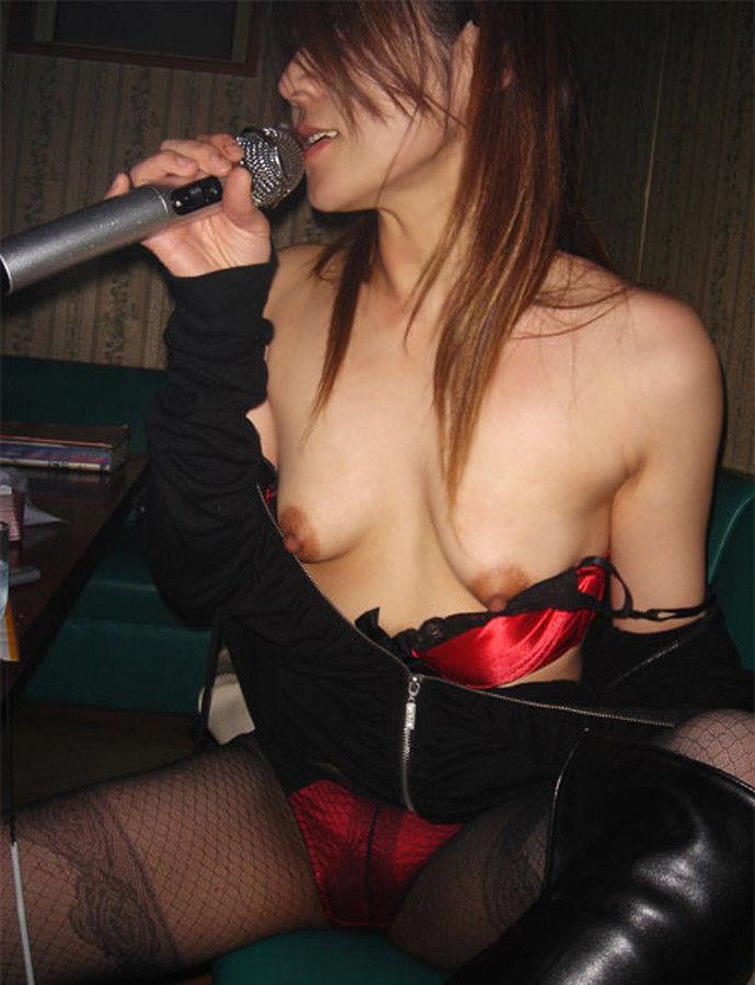 全裸になってカラオケしちゃう女の子 (19)