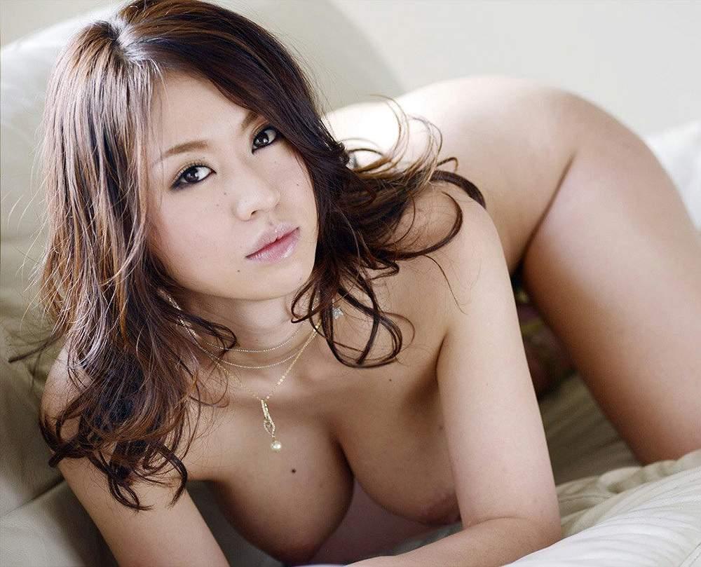手足をついて男を誘う全裸の女の子 (3)