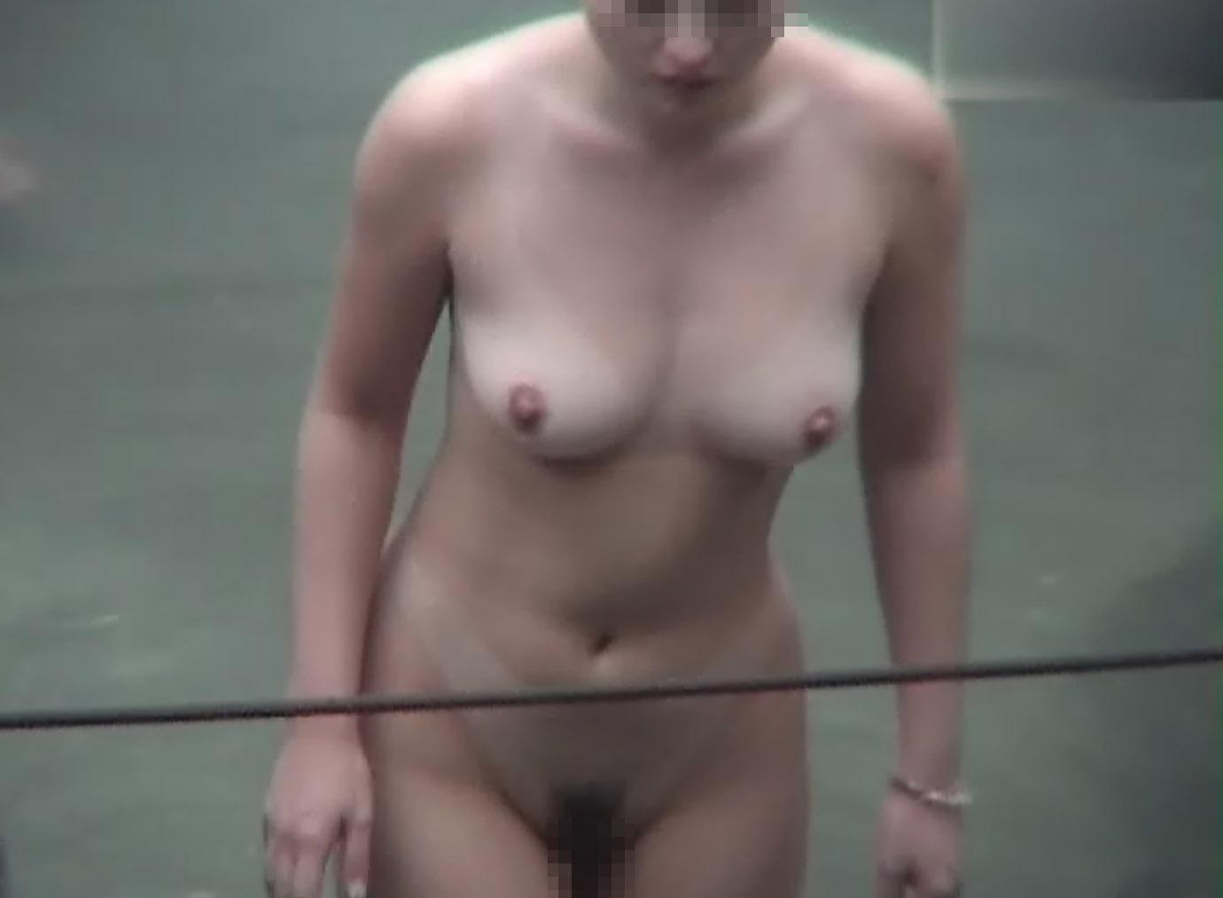 温泉に入浴中の素っ裸になった女の子たち (18)