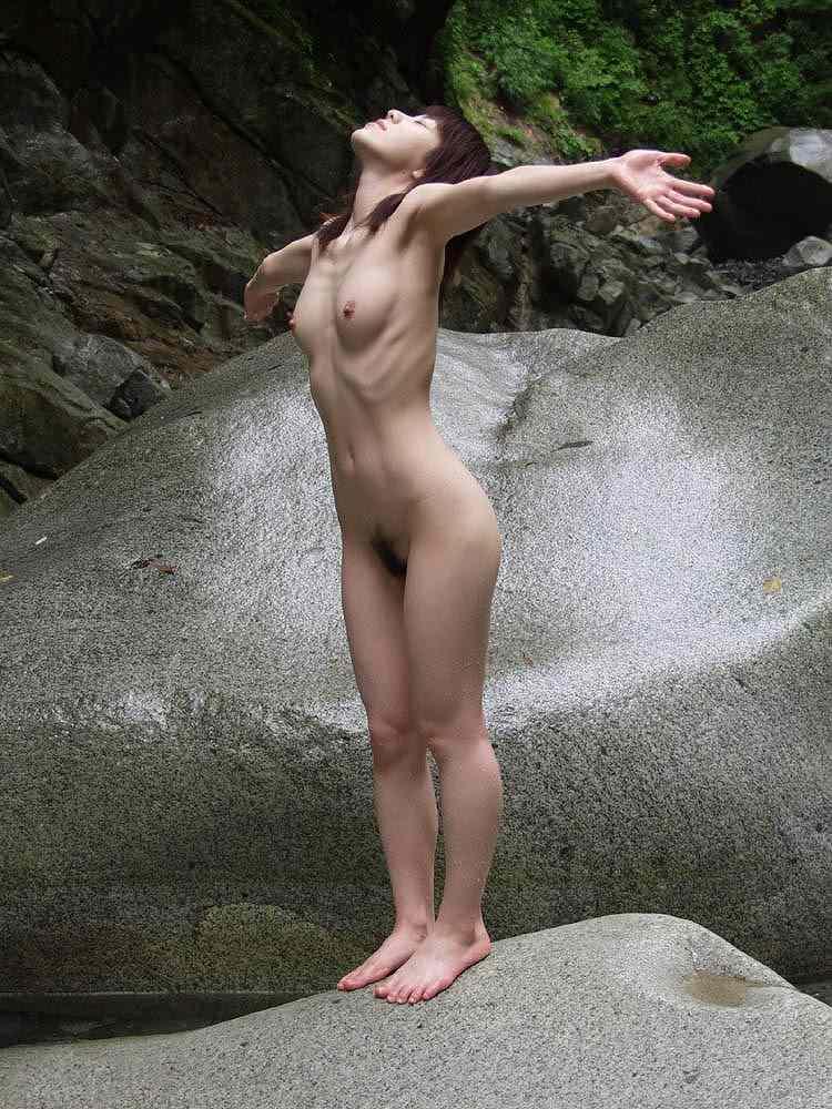 屋外で素っ裸になっちゃう素人さん (16)