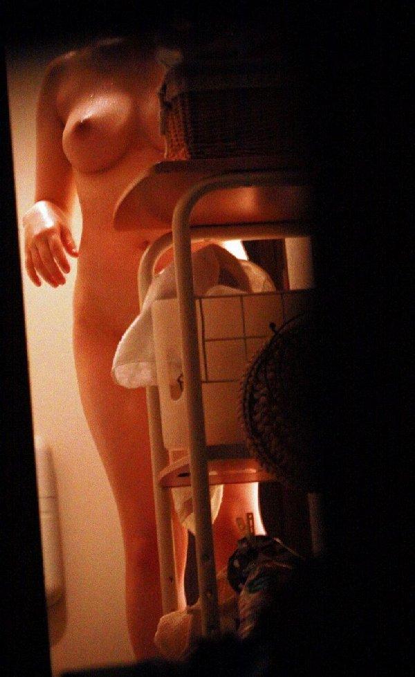 風呂から出てきた素人女性たちを覗き見 (16)