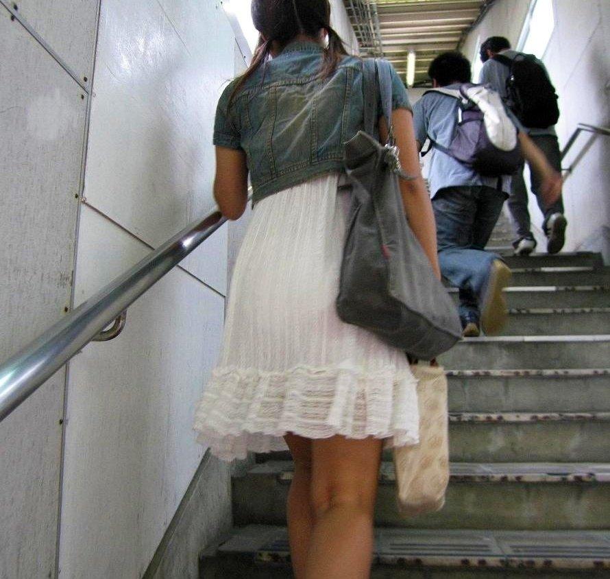 下着が透けて見えている女の子を街撮り (11)