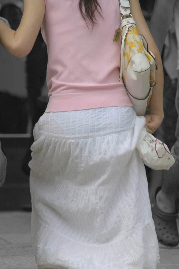 下着が透けて見えている女の子を街撮り (19)