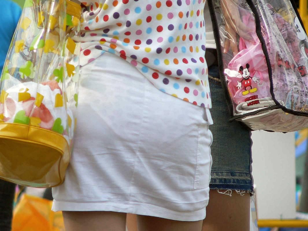 下着が透けて見えている女の子を街撮り (20)