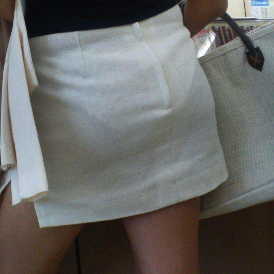 下着が透けて見えている女の子を街撮り (1)