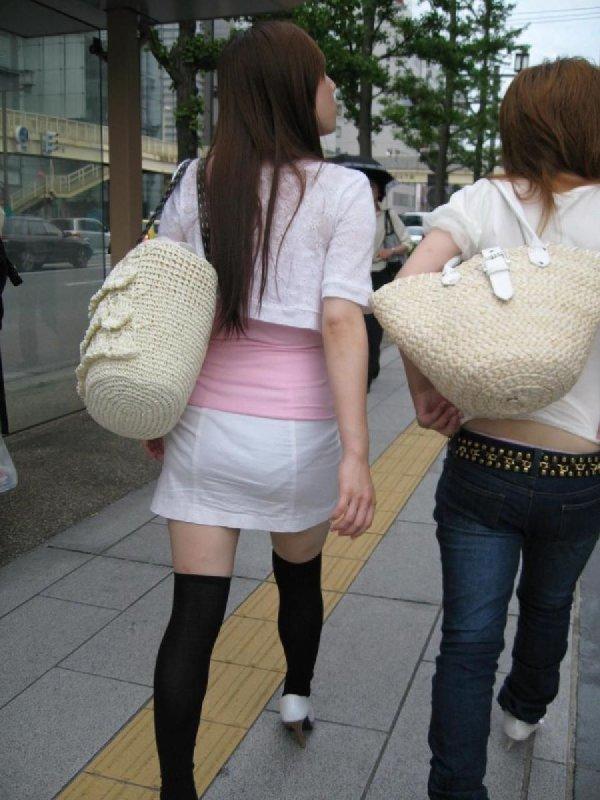 下着が透けて見えている女の子を街撮り (13)