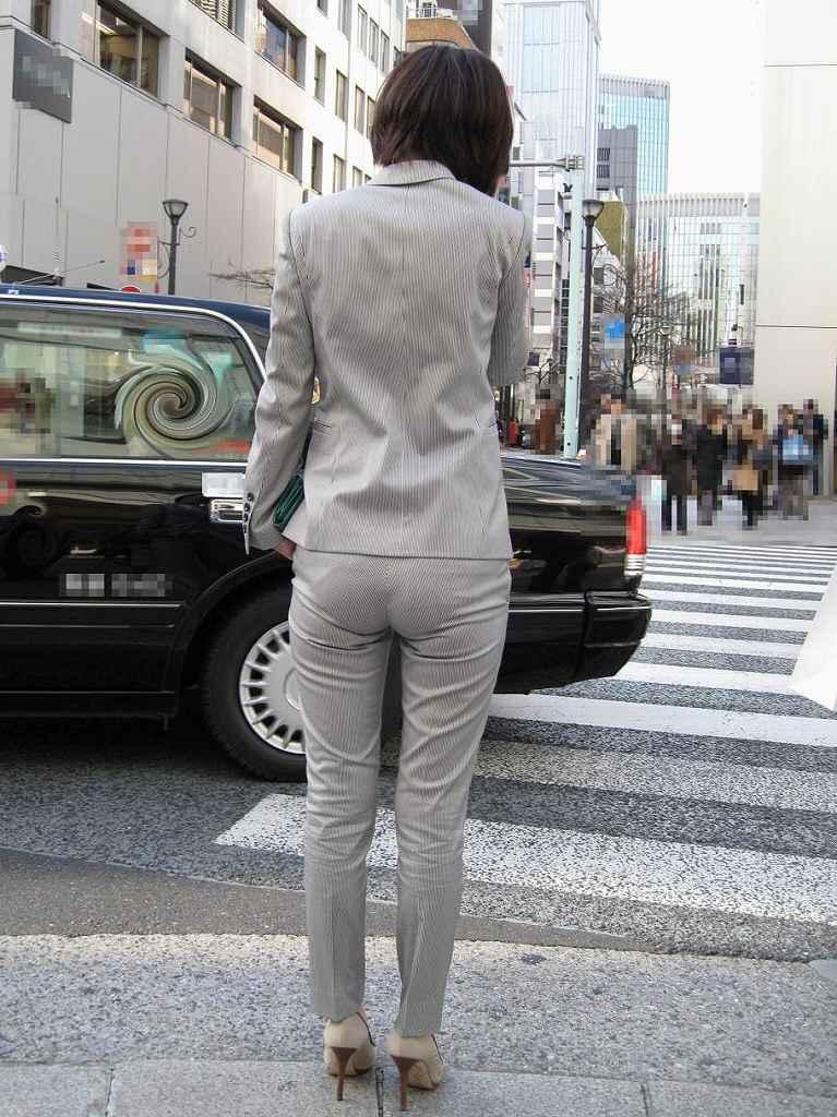 お尻から下着のラインが浮き出てる (5)