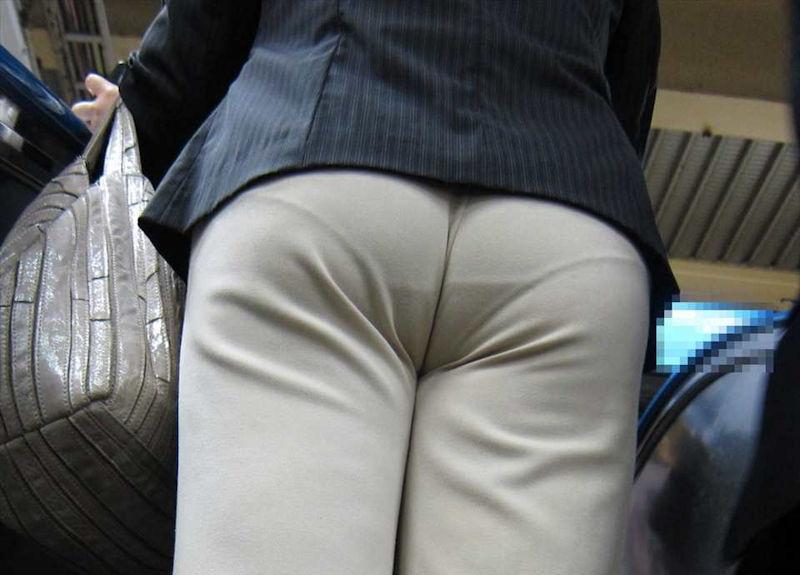 お尻から下着のラインが浮き出てる (7)