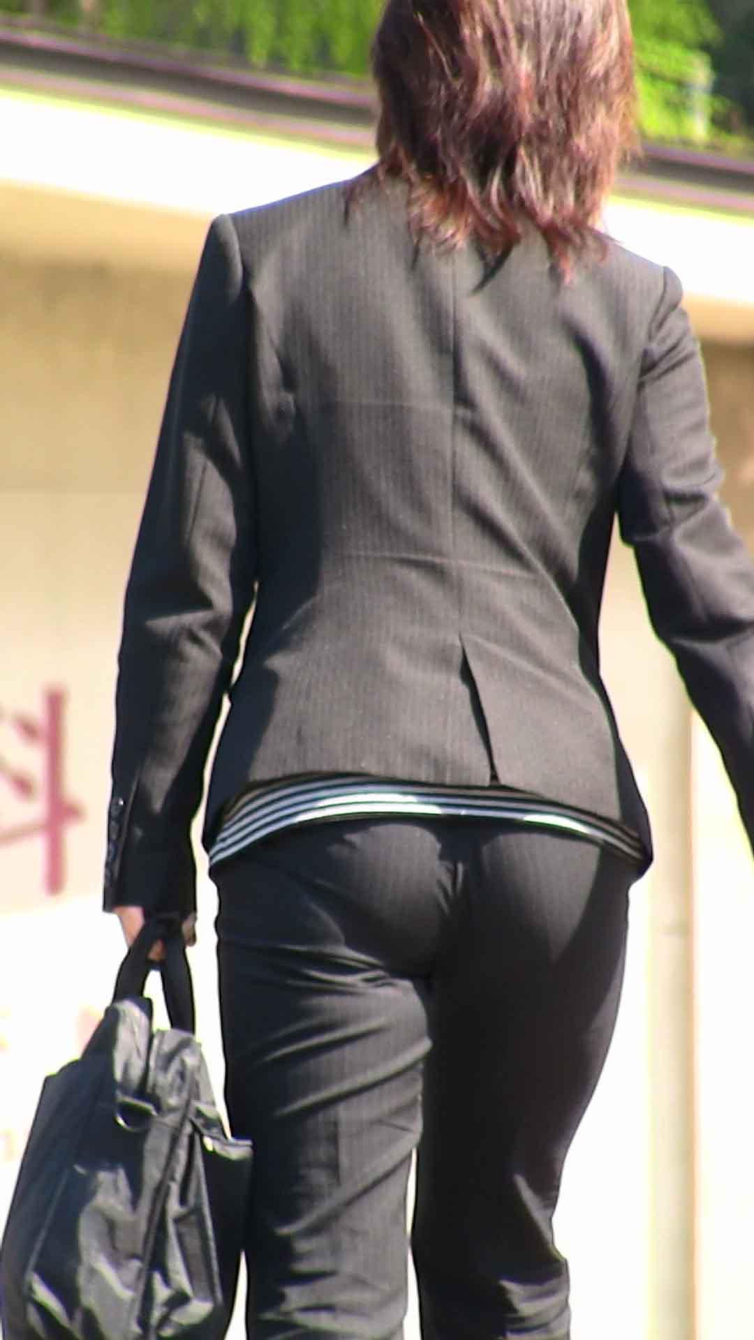 お尻から下着のラインが浮き出てる (9)
