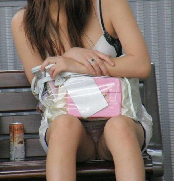 【パンチラ エロ画像】座ったらパンツが見えちゃった素人女性たちの座りパンチラ