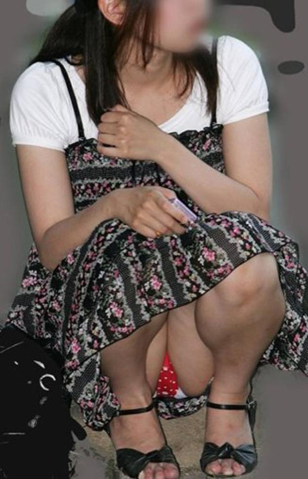 座ると見える女の子の下着 (4)