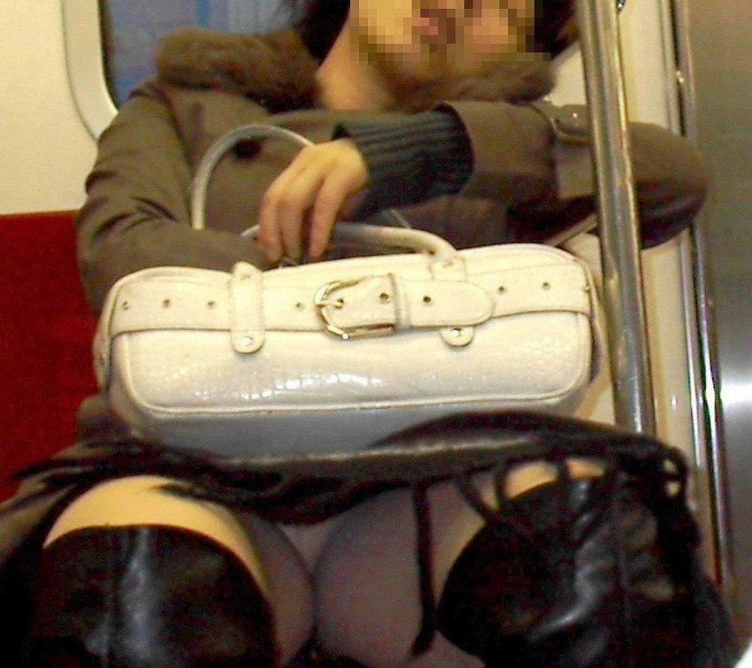 ミニスカートから下着が見えてる (9)