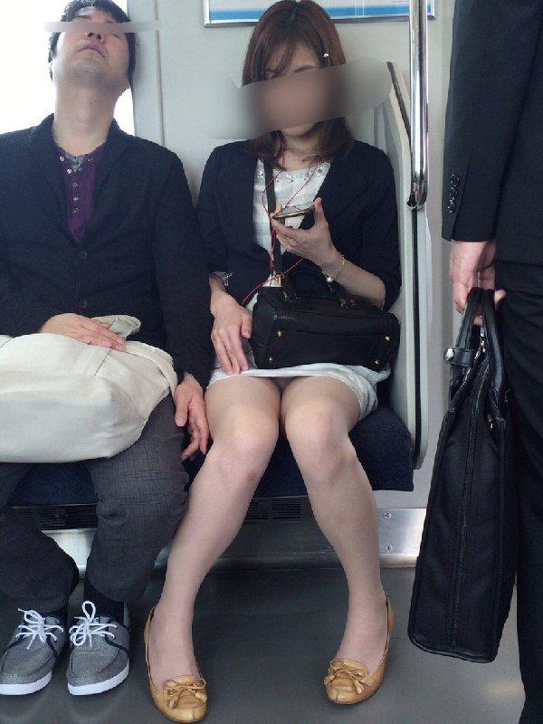 ミニスカートから下着が見えてる (10)