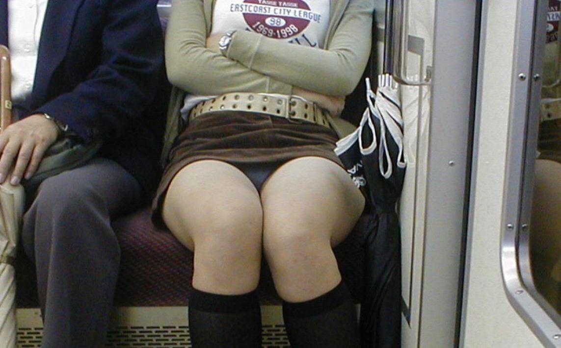 ミニスカートから下着が見えてる (8)
