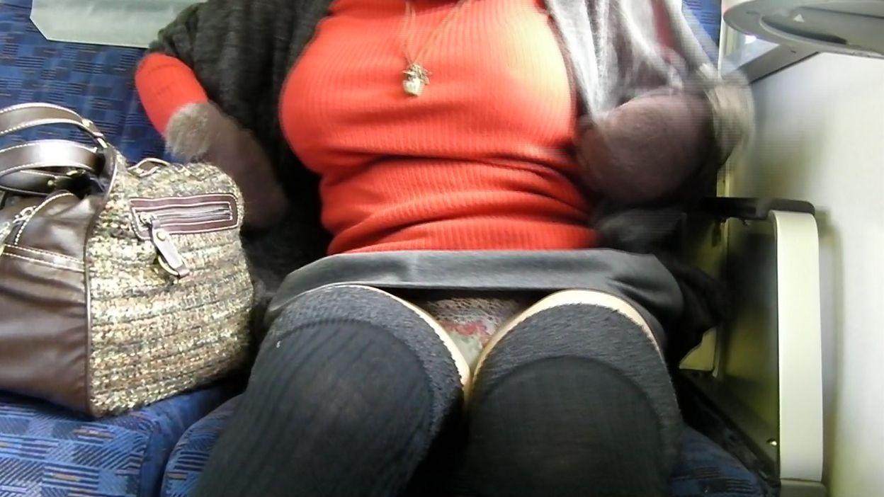 ミニスカートから下着が見えてる (5)