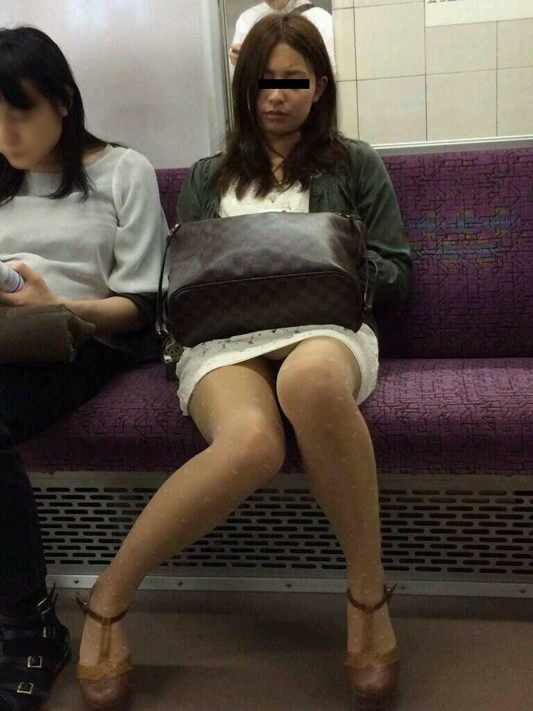 ミニスカートから下着が見えてる (18)