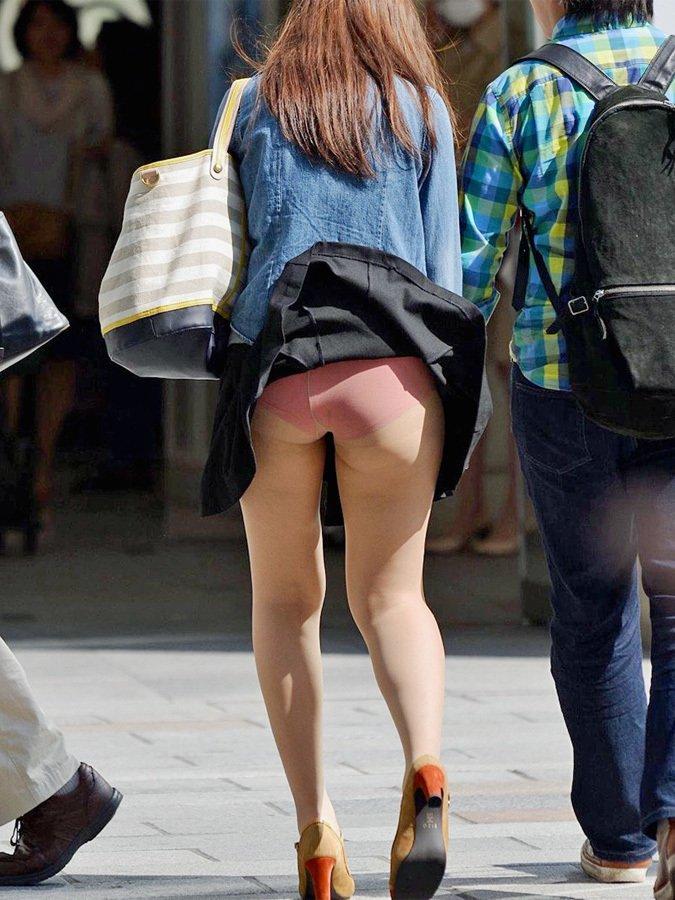 スカートひらりで下着がチラリ (18)