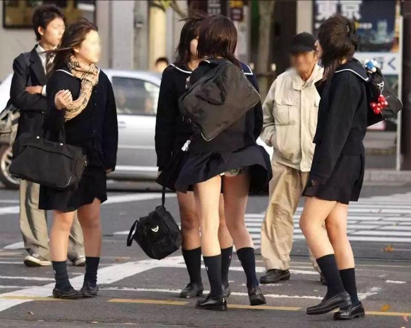 スカートひらりで下着がチラリ (11)