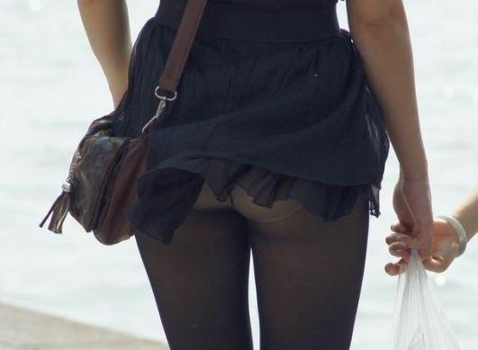 スカートひらりで下着がチラリ (7)