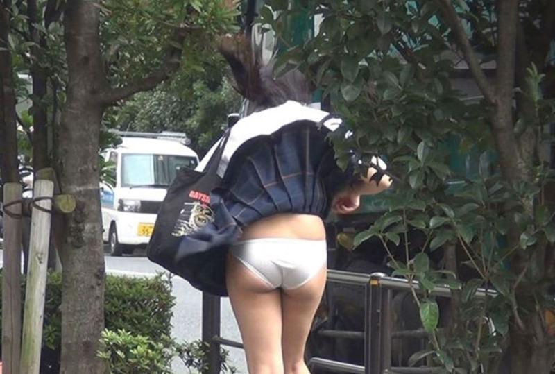 スカートひらりで下着がチラリ (19)