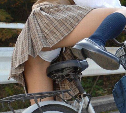 【※天国※】自転車乗るJKをローアングルで見るエロ画像w ほか