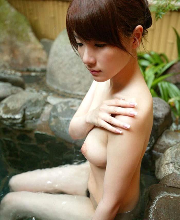 温泉や風呂場で全裸になる女の子 (3)