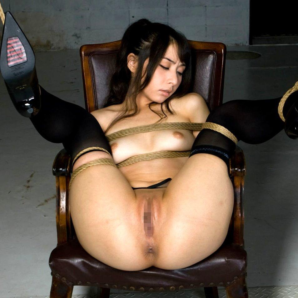 縄でがんじがらめに縛られている女の子 (1)