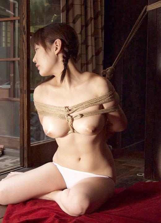 縄でがんじがらめに縛られている女の子 (13)