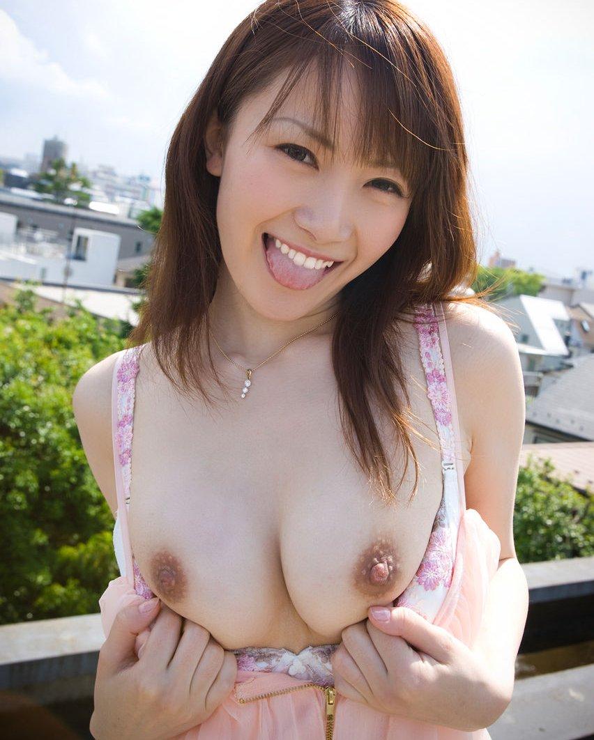 ブラジャーを捲って乳房を出しちゃう (1)