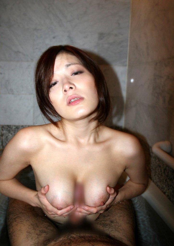大きな乳房でチンチンをサンドイッチ (15)