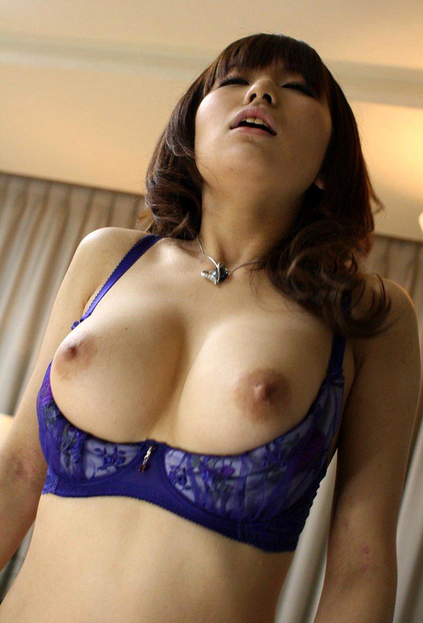 オープンブラを付けたら乳首が丸見え (9)