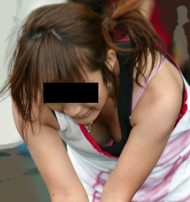 【胸チラ エロ画像】前屈みになった素人女性たちの胸元を狙った胸チラ