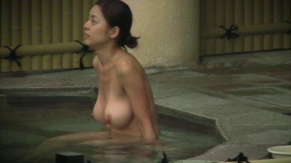 昼間から温泉に入っている女の子たち (9)