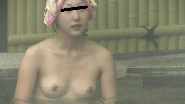 昼間から温泉に入っている女の子たち (13)