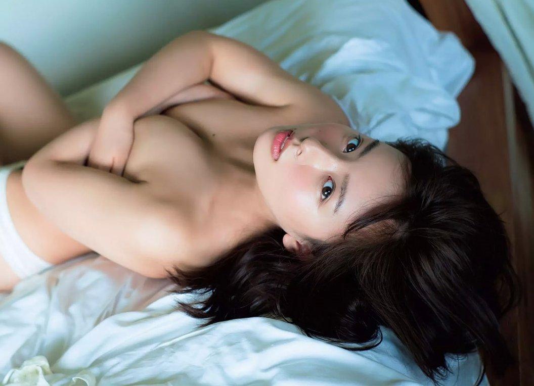 可愛い芸能人がセミヌードになって手で乳房を隠す (10)