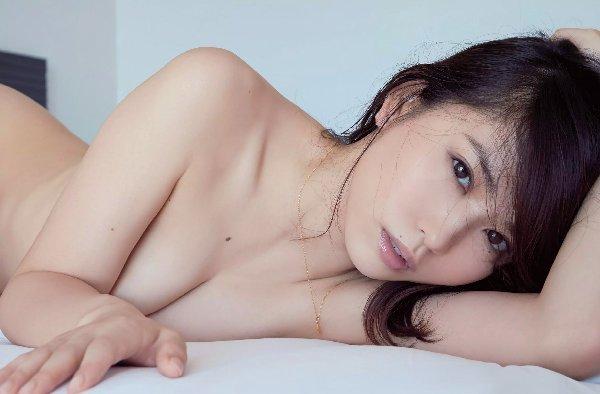 可愛い芸能人がセミヌードになって手で乳房を隠す (11)