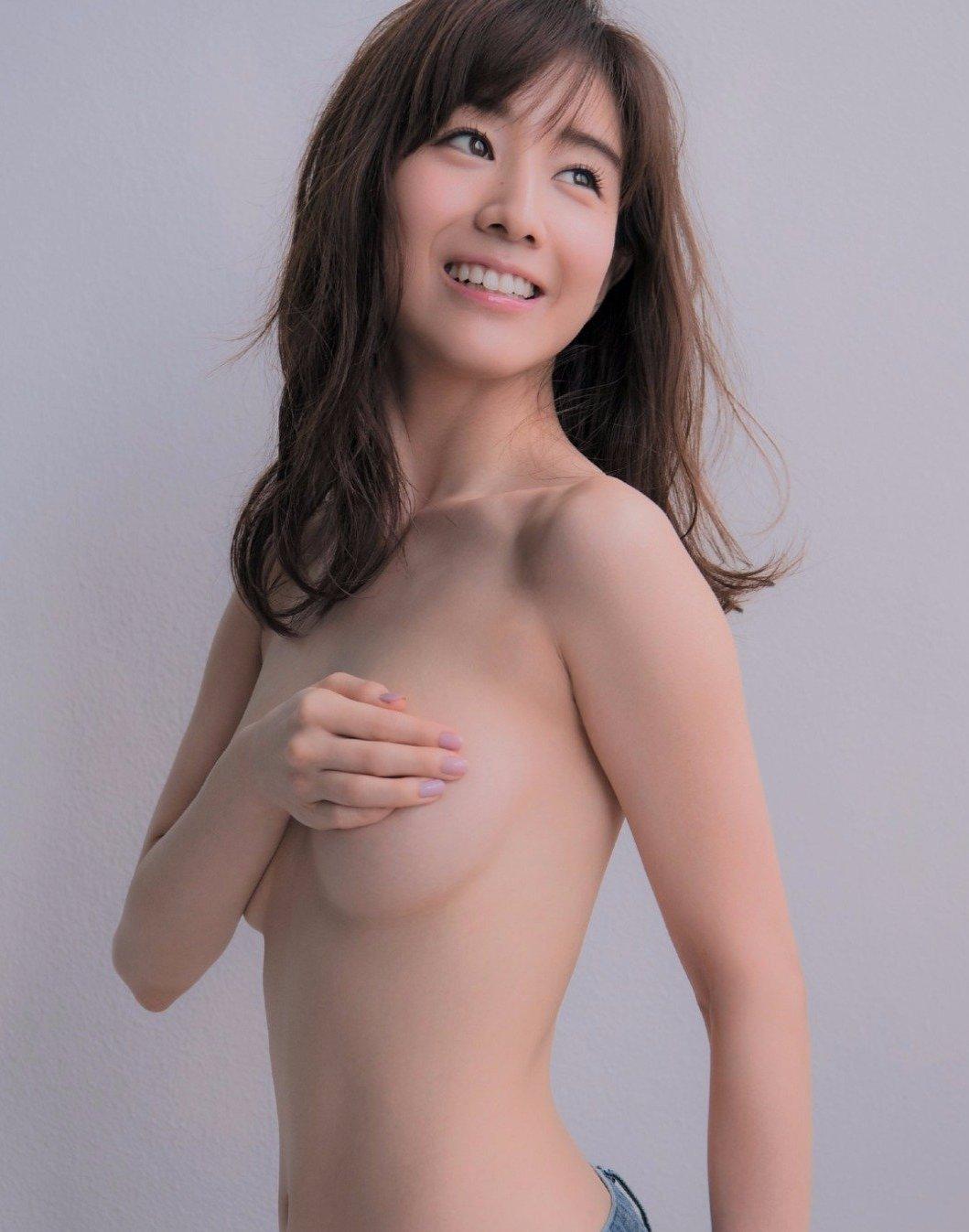 可愛い芸能人がセミヌードになって手で乳房を隠す (8)
