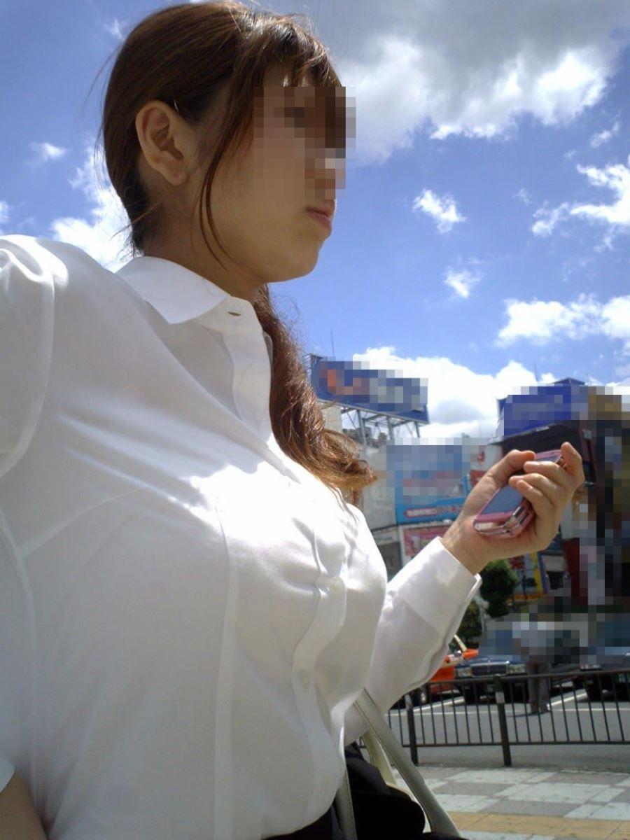 着状態の爆乳OLを街撮り (4)