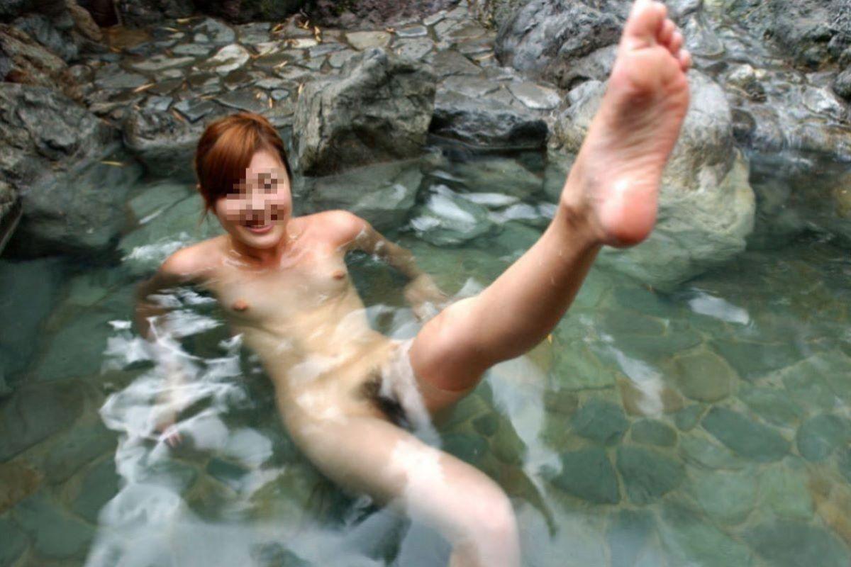 温泉の中でまで記念撮影してる女の子 (15)