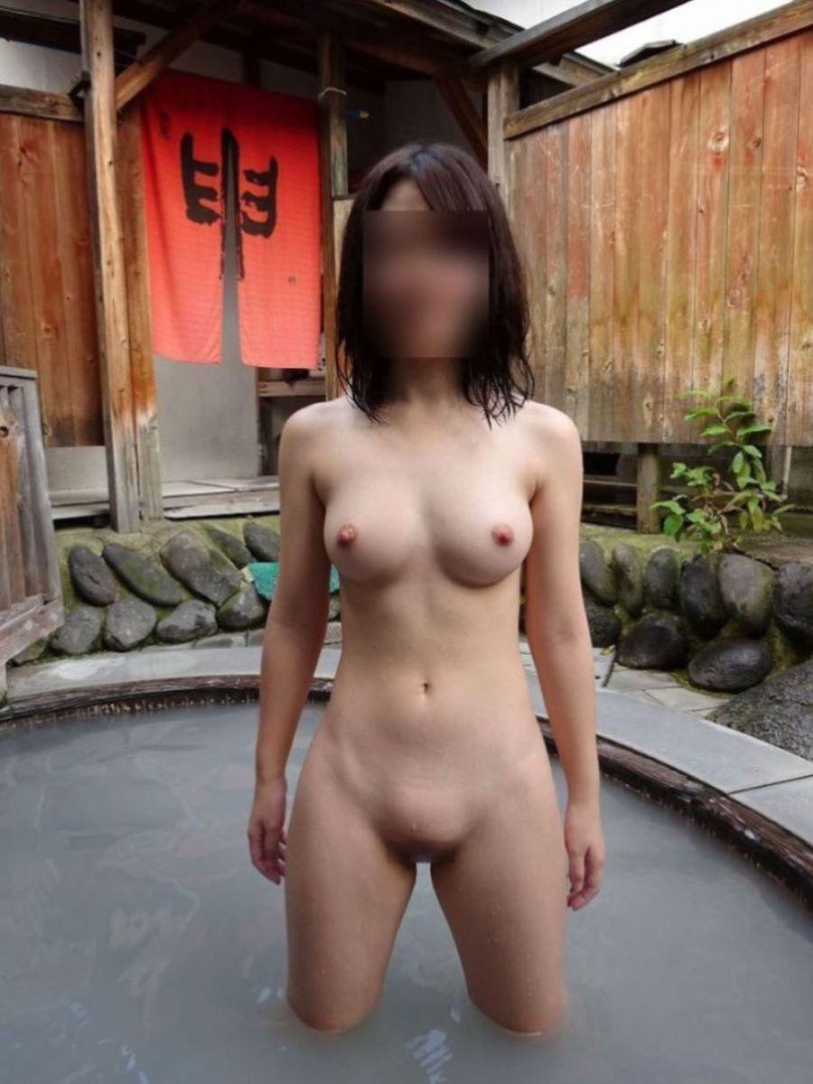 温泉の中でまで記念撮影してる女の子 (2)