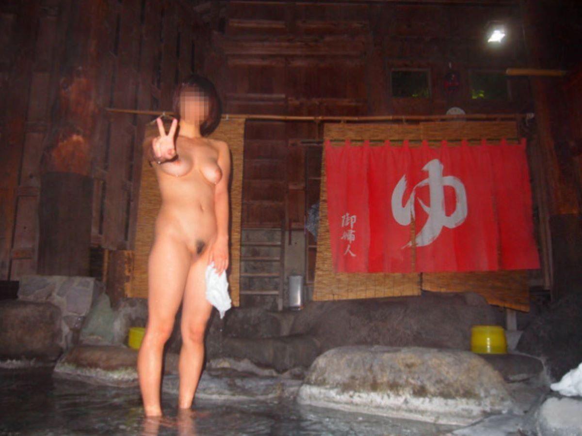 温泉の中でまで記念撮影してる女の子 (6)