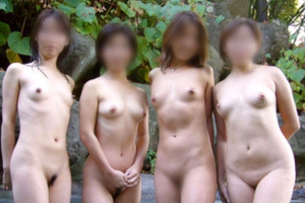 温泉の中でまで記念撮影してる女の子 (5)