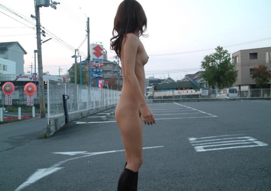 屋外の明るい場所で素っ裸になる素人さん (4)