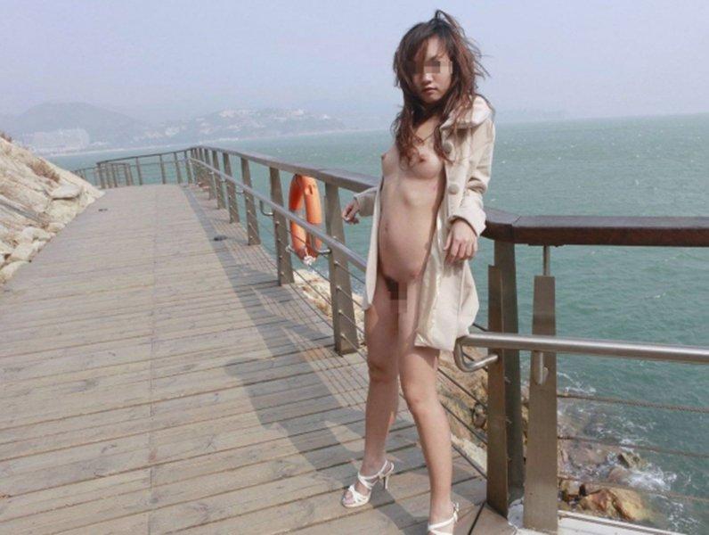 屋外の明るい場所で素っ裸になる素人さん (9)