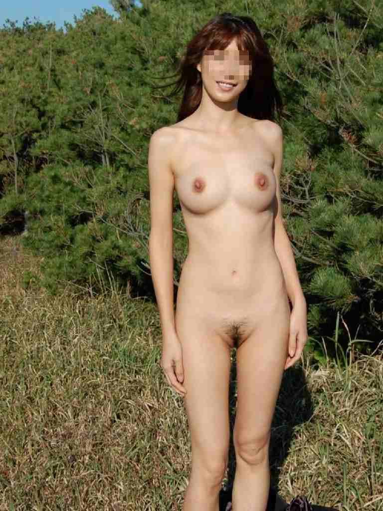 屋外の明るい場所で素っ裸になる素人さん (3)