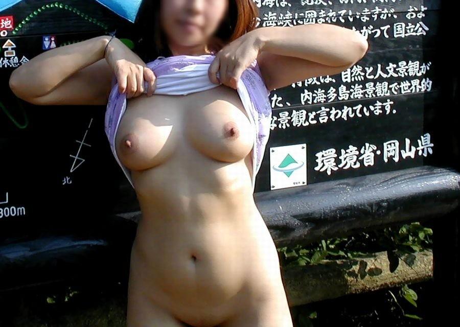 屋外の明るい場所で素っ裸になる素人さん (5)