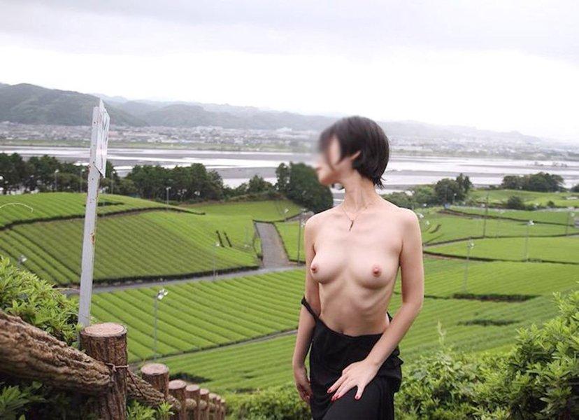 屋外の明るい場所で素っ裸になる素人さん (10)