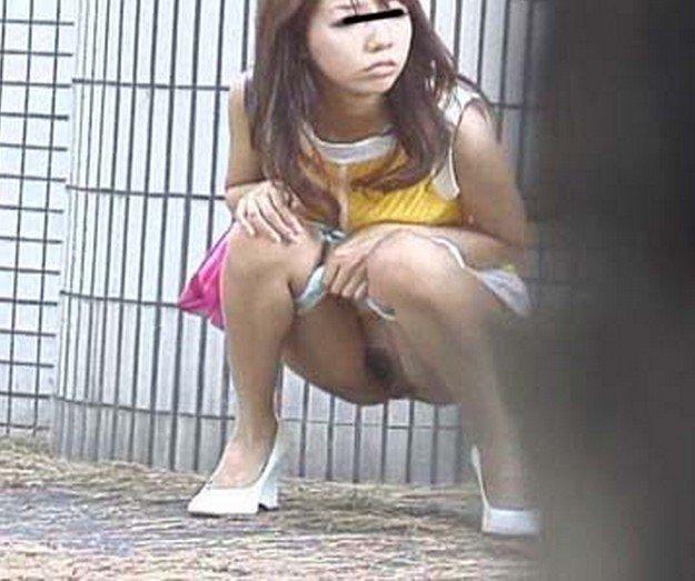 屋外で放尿しちゃった女の子 (11)